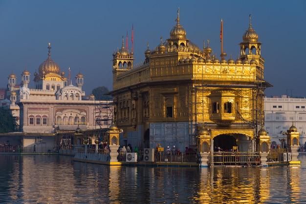 インドのパンジャブにあるアムリトサルの黄金寺院、シーク教の宗教の最も神聖なアイコンと崇拝の場所 Premium写真