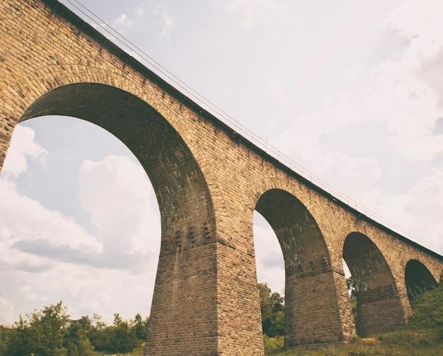 レンガで作られた素晴らしいレール高架橋 Premium写真