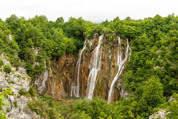 クロアチアのプリトヴィツェ湖群国立公園の大滝 Premium写真