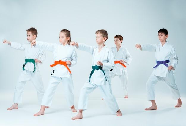 Группа юношей и девушек воюет на занятиях по айкидо в школе боевых искусств. концепция здорового образа жизни и спорта Бесплатные Фотографии