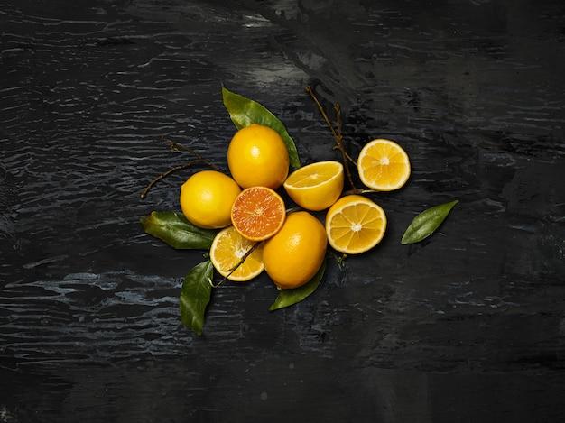 Группа свежих лимонов на черном пространстве Бесплатные Фотографии