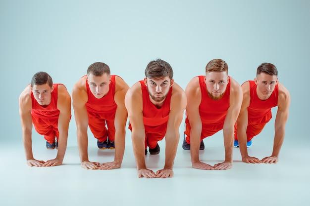 バランスポーズの体操アクロバティックな白人男性のグループ 無料写真