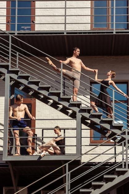街の階段で演奏する現代のバレエダンサーのグループ 無料写真