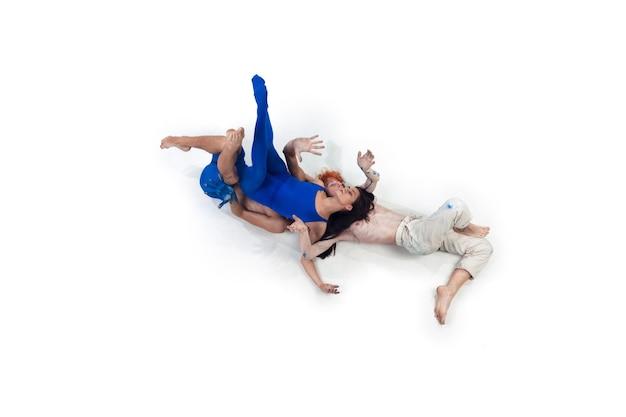モダンダンサーのグループ、芸術の現代舞踊、感情の青と白の組み合わせ 無料写真