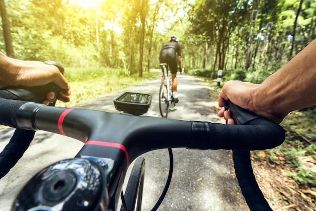 サイクリストの手が登っています。 Premium写真