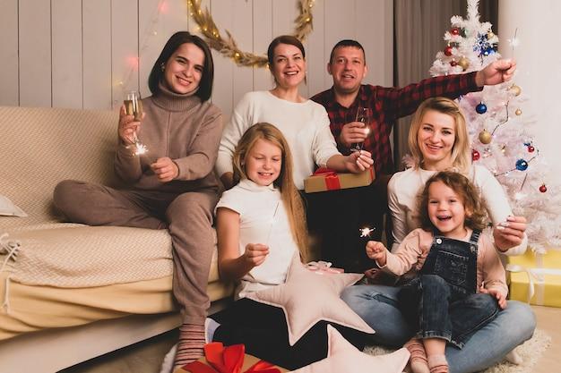 아이들과 함께 행복한 친구들이 크리스마스를 축하합니다 프리미엄 사진
