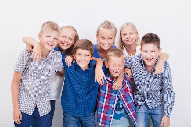 Счастливые улыбающиеся подростки на белом фоне. Бесплатные Фотографии