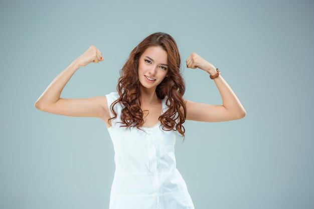 Счастливая женщина на серой стене Бесплатные Фотографии