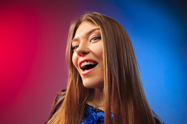 幸せな女立ち、色空間に対して笑顔。 無料写真