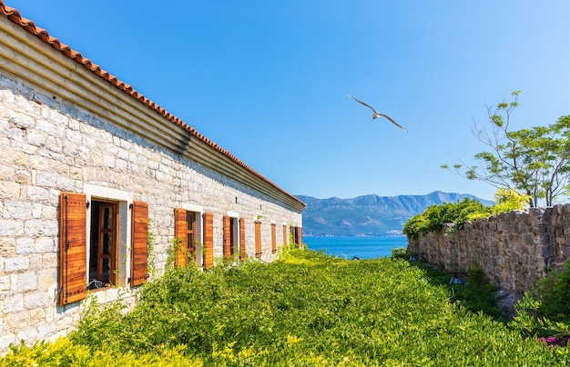 Гавань будвы, вид с крепости цитадель, черногория. Premium Фотографии