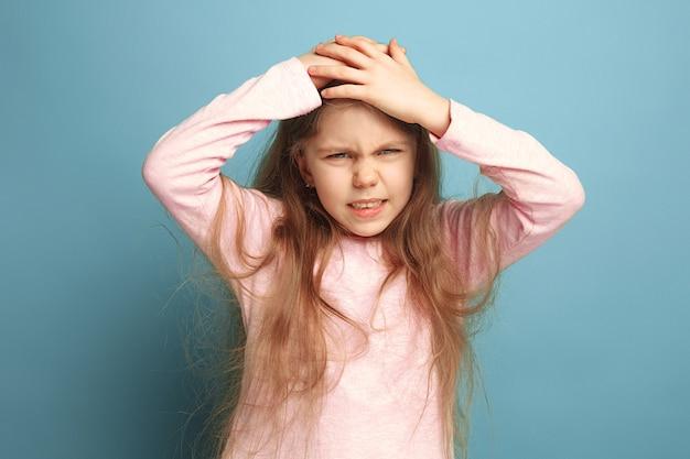 頭痛。青の十代の少女。顔の表情と人の感情の概念 無料写真