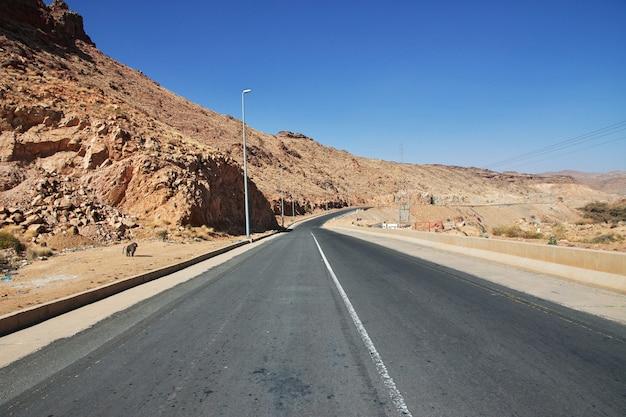 山の高速道路、アシール地域、サウジアラビア Premium写真