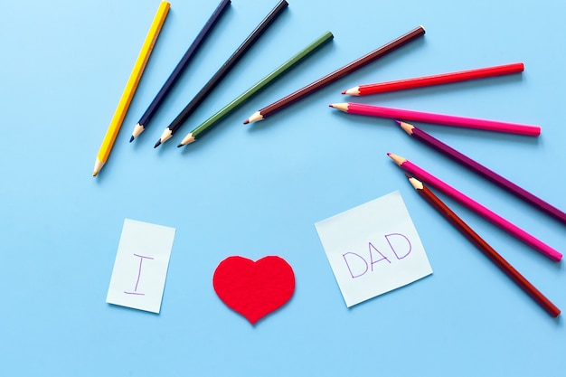 Надпись на столе я люблю отца от букв и сердечек Premium Фотографии