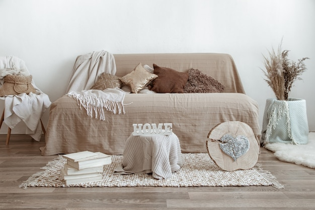 Интерьер гостиной с диваном и элементами декора. Бесплатные Фотографии
