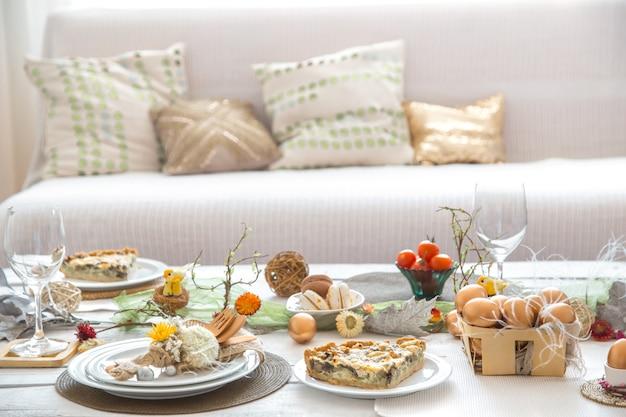 お祝いのイースターテーブルのある部屋のインテリア。 無料写真