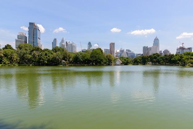 Озеро и городской город бангкока, таиланд в парке лумпини Premium Фотографии