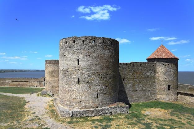 요새의 풍경. 크고 아름다운 요새. 중세 건물 프리미엄 사진