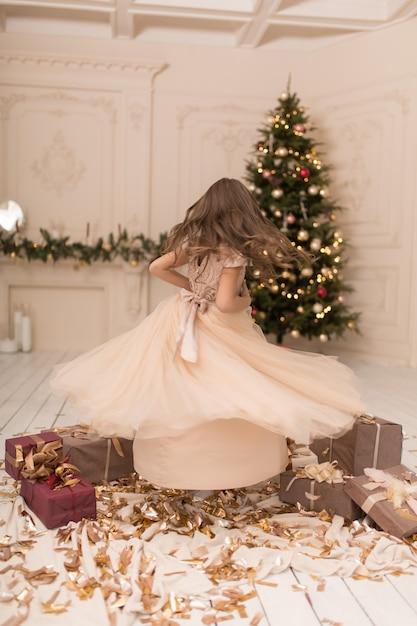 작은 공주님은 크리스마스 휴가를 즐기고 있습니다 프리미엄 사진