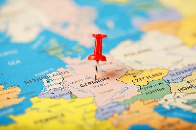 ドイツの地図上の目的地の場所は、赤い画pinで示されています Premium写真