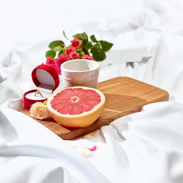 朝食付きのテーブルの愛の手紙の概念 無料写真