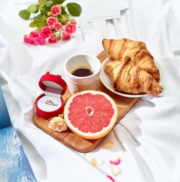 Концепция любовного письма на столе с завтраком Бесплатные Фотографии