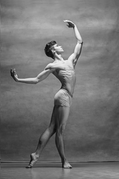 灰色の上ポーズ男性バレエダンサー 無料写真