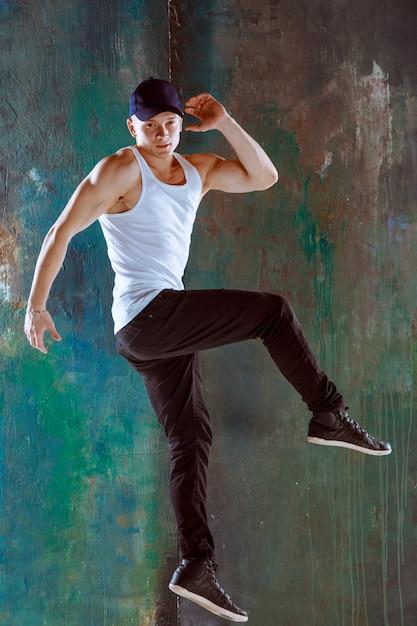 ヒップホップの振り付けを踊る男 無料写真