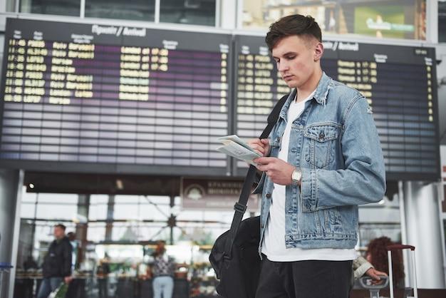Мужчина ожидает своего рейса в аэропорту. Бесплатные Фотографии