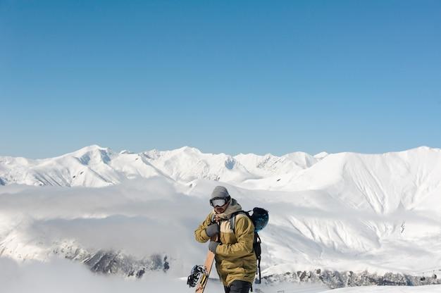 山の風景を反映して太陽からゴーグルの男 Premium写真