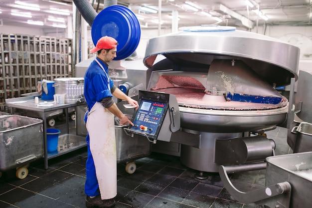 グラインダーの肉。食肉産業。 Premium写真