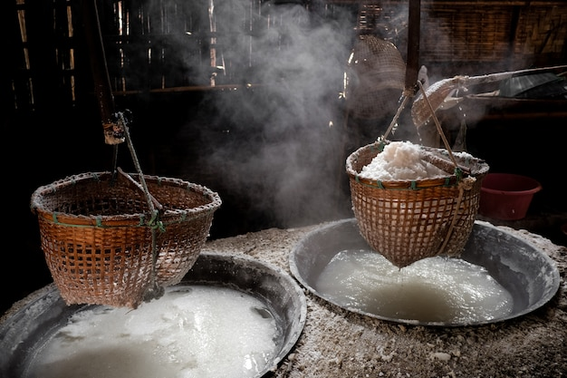 Способ приготовления природной горной соли Premium Фотографии