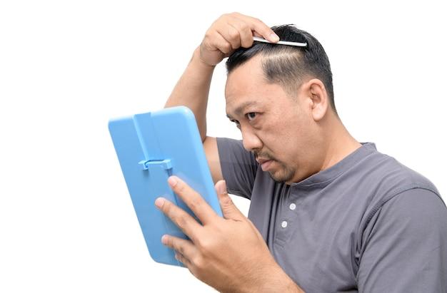 Мужчина средних лет сильно переживал из-за седины и изолированного выпадения волос. Premium Фотографии