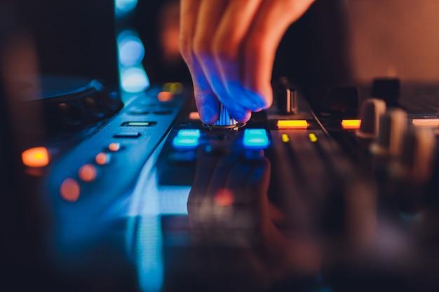 ミキサー。録音用のリモート。スタジオで働いているサウンドエンジニア。サウンドアンプミキシングコンソールイコライザー。歌とボーカルを録音します。ミキシングトラック。オーディオ機器。ミュージシャンと仕事をする。 dj。 Premium写真