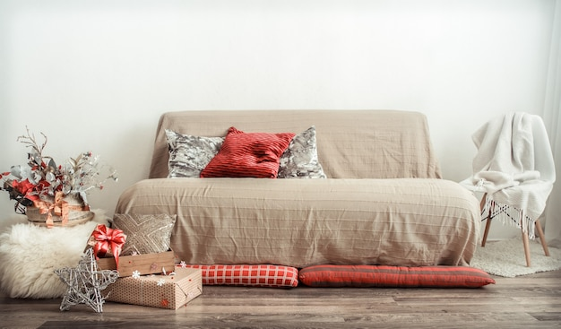 Современный интерьер гостиной оформлен к новогоднему празднику. Бесплатные Фотографии
