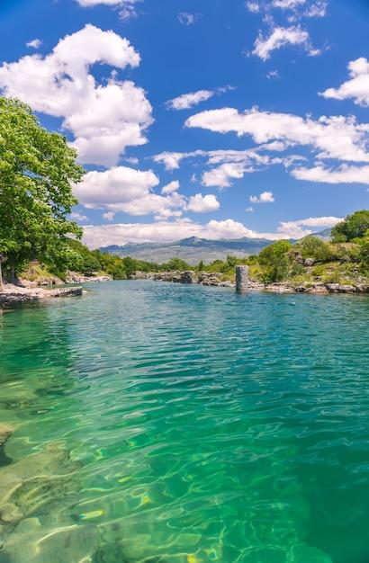 絵のように速いtsievna川の河口。ナイアガラの滝。モンテネグロ、ポドゴリツァ。 Premium写真