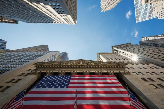 Нью-йоркская фондовая биржа на уолл-стрит в нью-йорке. Бесплатные Фотографии