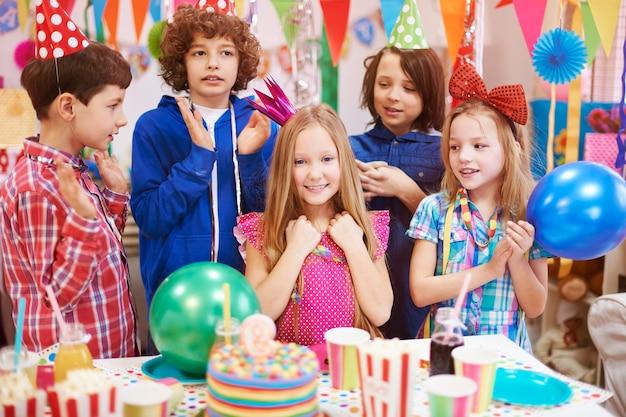親友と過ごす9歳の誕生日 無料写真