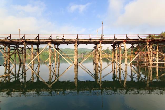 Старый деревянный мост мост обрушения мост через реку и вуд мост (мон-бридж) в сангклабури, канчанабури, провинция азия таиланд Premium Фотографии