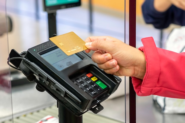 銀行カードでの支払いはますます正常化された態度です Premium写真