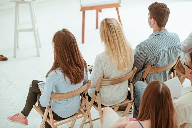空の会議ホールでのビジネス会議の人々。ビジネスと起業家精神の概念。 無料写真