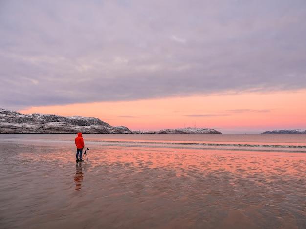 사진 작가는 북극해의 멋진 북극 일몰 풍경을 촬영합니다. 프리미엄 사진