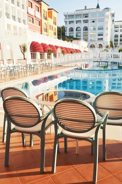 人気のリゾート、アマラドルチェヴィータラグジュアリーホテル。トルコの海岸沿いのプール、ウォーターパーク、レクリエーションエリアがあります。ケメロボ・ケメル。 無料写真