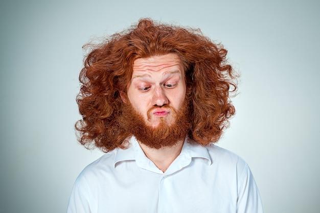 Портрет возмущенного мужчины с длинными рыжими волосами Бесплатные Фотографии