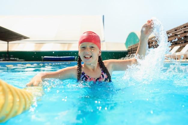 プールで幸せな笑顔の美しい十代の少女の肖像画 無料写真