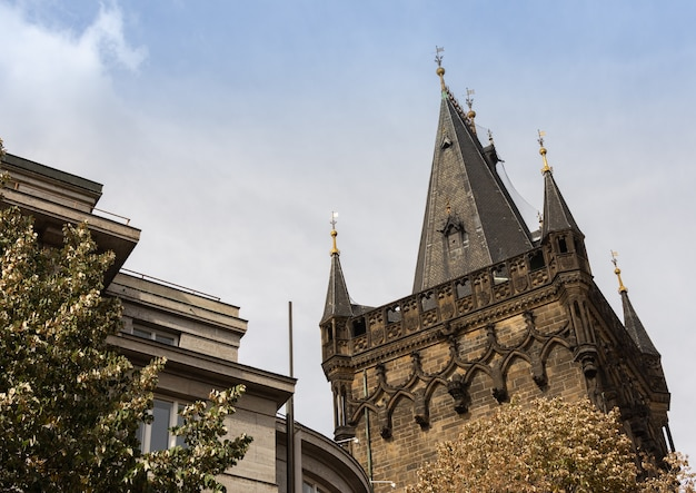 プラハの歴史的中心部にある近代的および古い建物の近くのパウダータワーまたはパウダーゲート Premium写真
