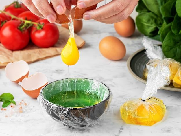 エッグベネディクトの卵を作るプロセス 無料写真