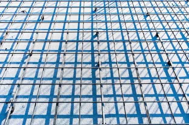 Перспектива армированной металлической сетки на стройке зимой Premium Фотографии