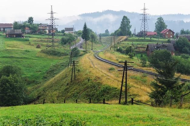 鉄道は山の間を走っています。 Premium写真