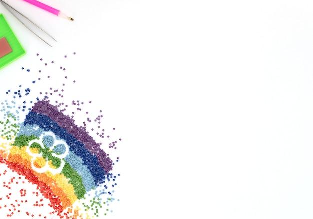 花の形をしたカラフルなクリスタルの虹、ピンセット、スタイラス、ダイヤモンド刺繍用トレイ Premium写真