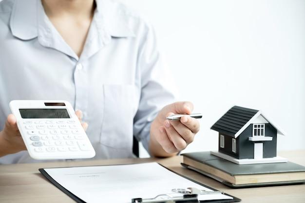 Агент по недвижимости объясняет покупательнице коммерческий договор, аренду, покупку, ипотеку, ссуду или страховку жилья. Premium Фотографии